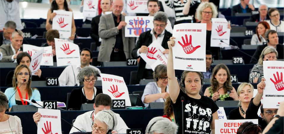 Europarlementariërs voeren actie tegen TTIP in de plenaire vergaderzaal in Straatsburg.  Foto: © European Union, 2015.