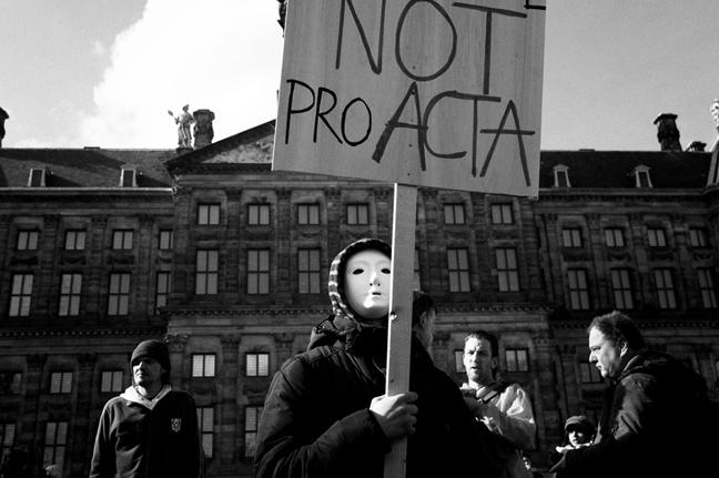 Demonstratie tegen het ACTA-verdrag op de Dam in Amsterdam. Foto: Guido van Nispen. (Licentie).